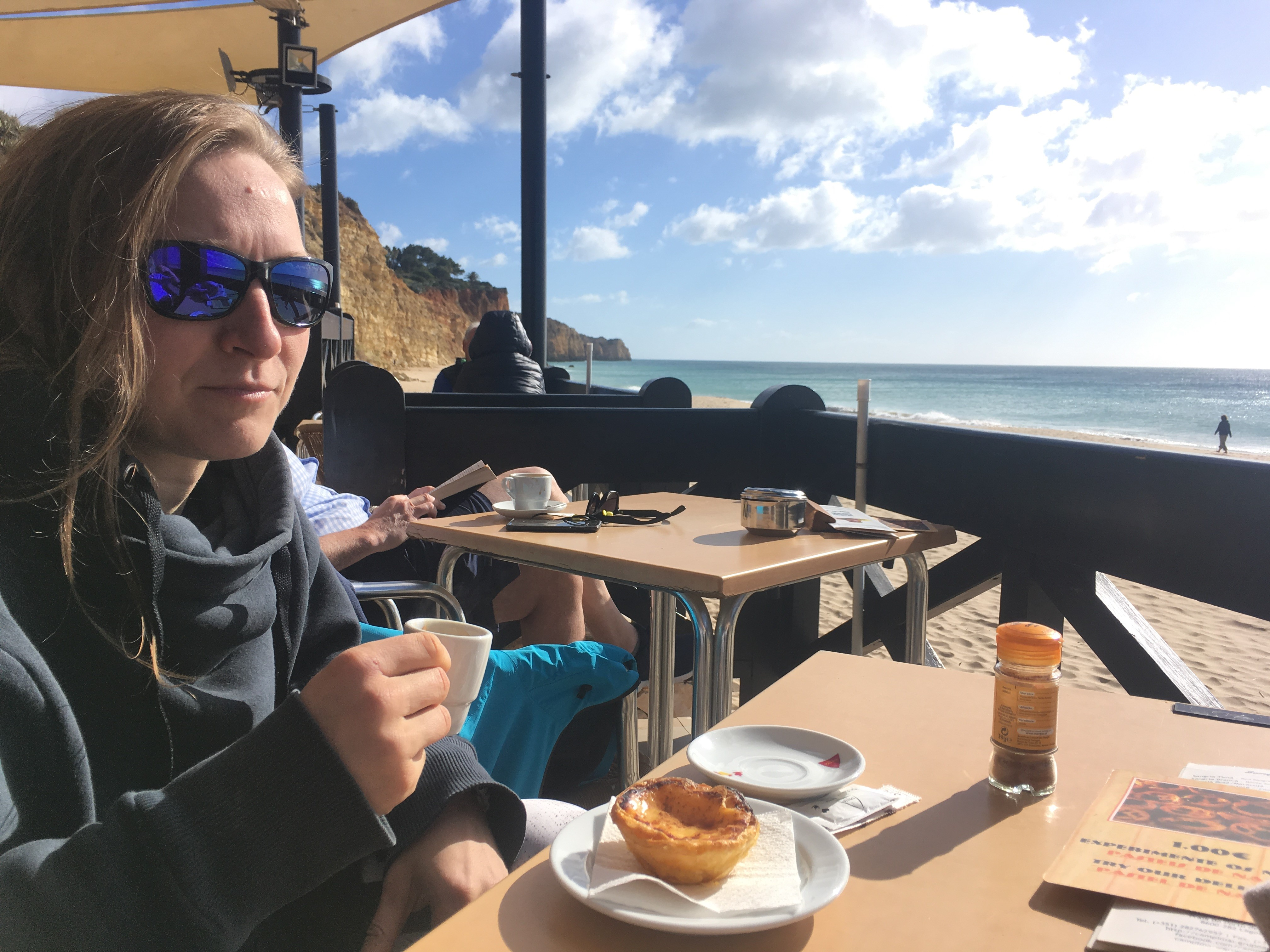 Or we have a (after surf) coffee somewhere with a famous Pastel da Nata.
