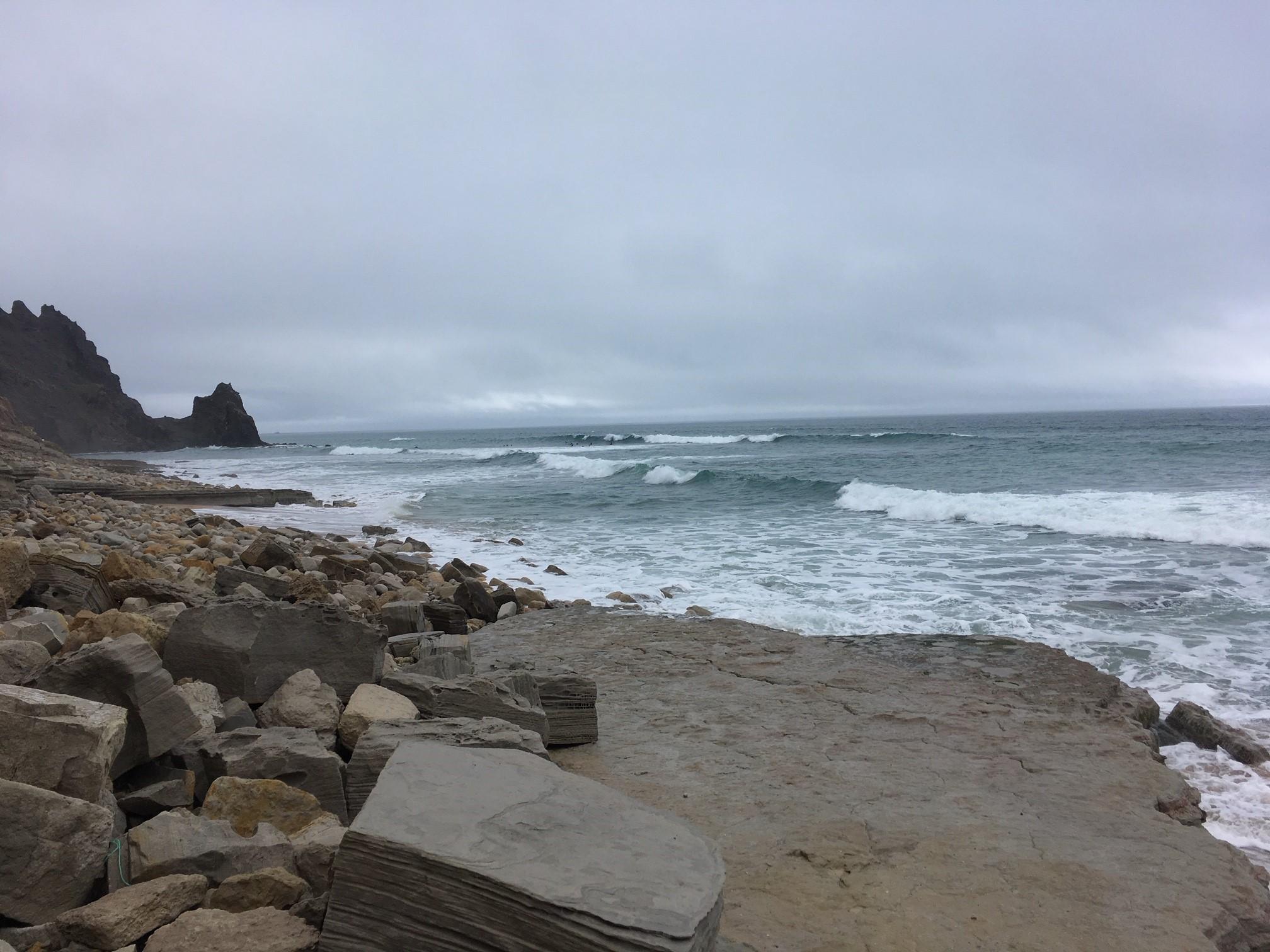 Luz surf line up grey sky