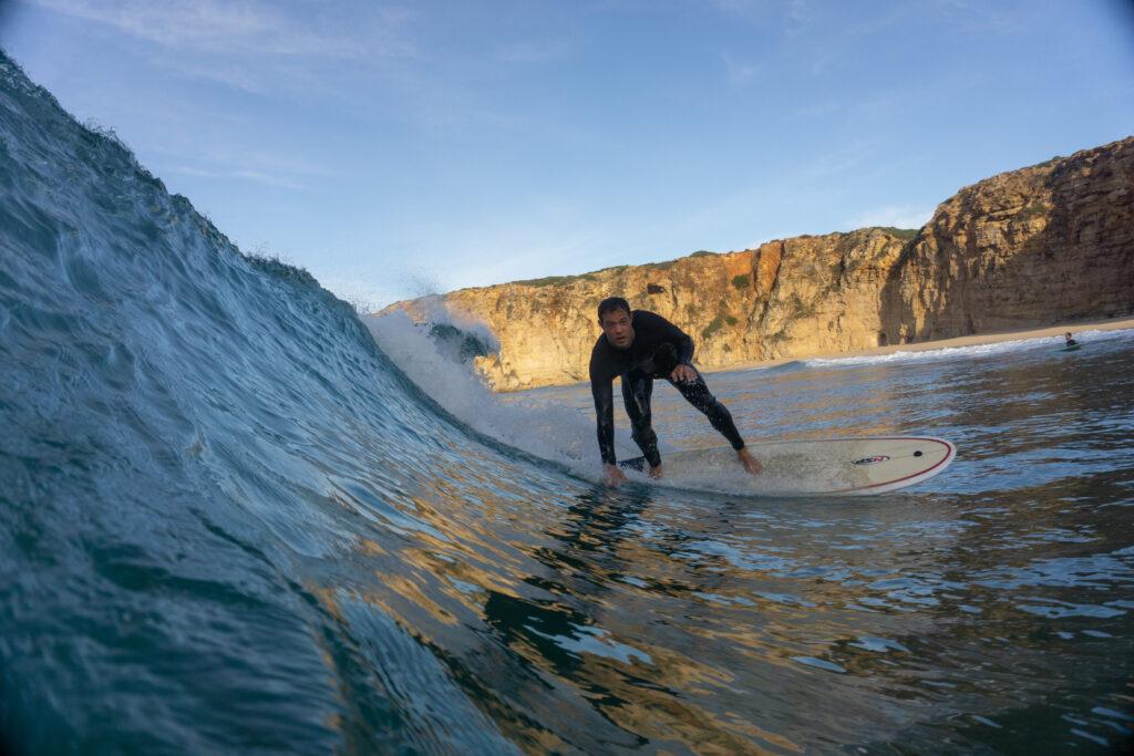 beliche-surfer-bottom-turn-surfguide-algarve