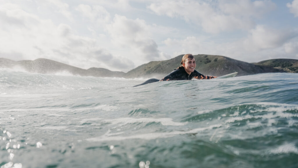 smiling-surfgirl-amado-surfguid-algarve-picture-massimo