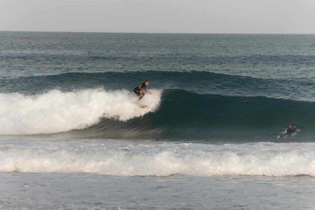 surfgirl-amado-surfguide-algarve-portugal