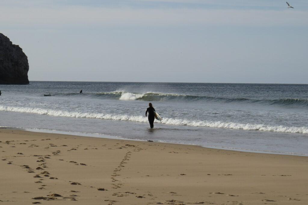 surfgirl-entering-line-up-of-zavial-surfguide-algarve