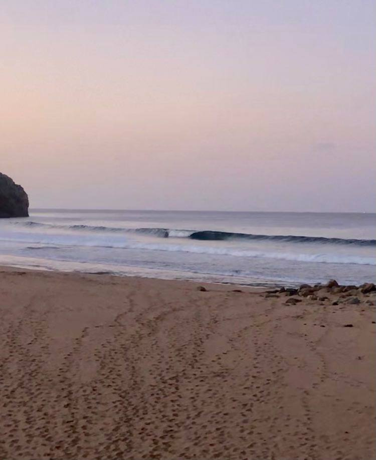 zavial-empty-surf-beach-surfguide-algarve