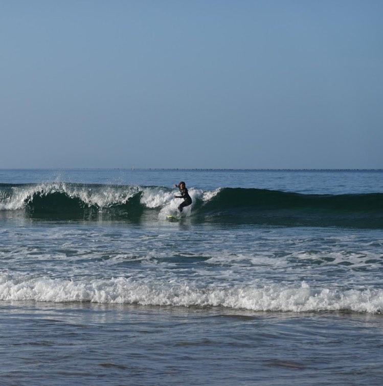 zavial-left-hand-wave-surfguide-algarve-guest