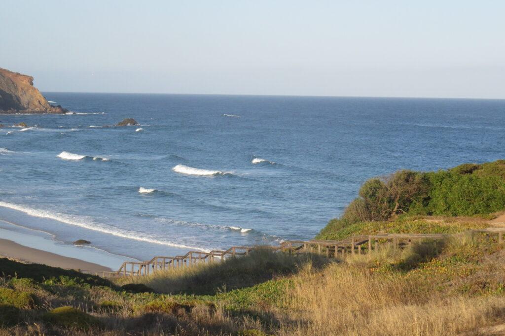 amado-surf-beach-surfguide-algarve-summer-waves