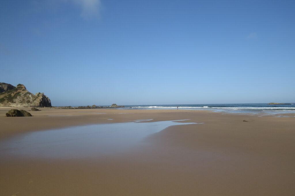 amado-surfbeach-empty-summer-surfguide-algarve