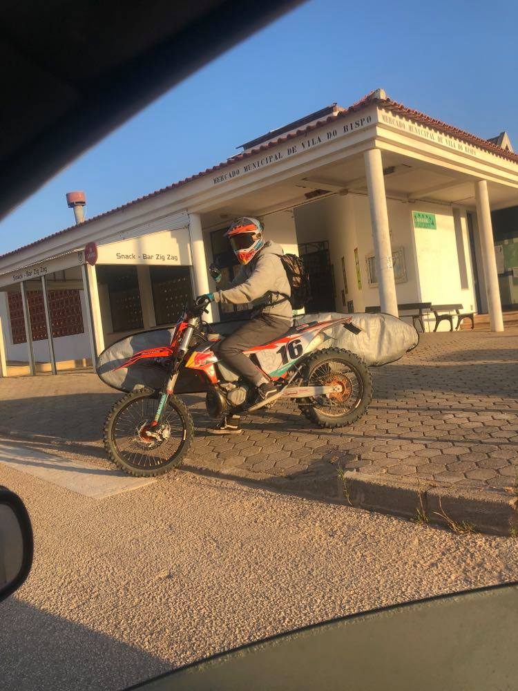 surfing-in-style-surfguide-algarve-guest-on-KTM-with-longboard