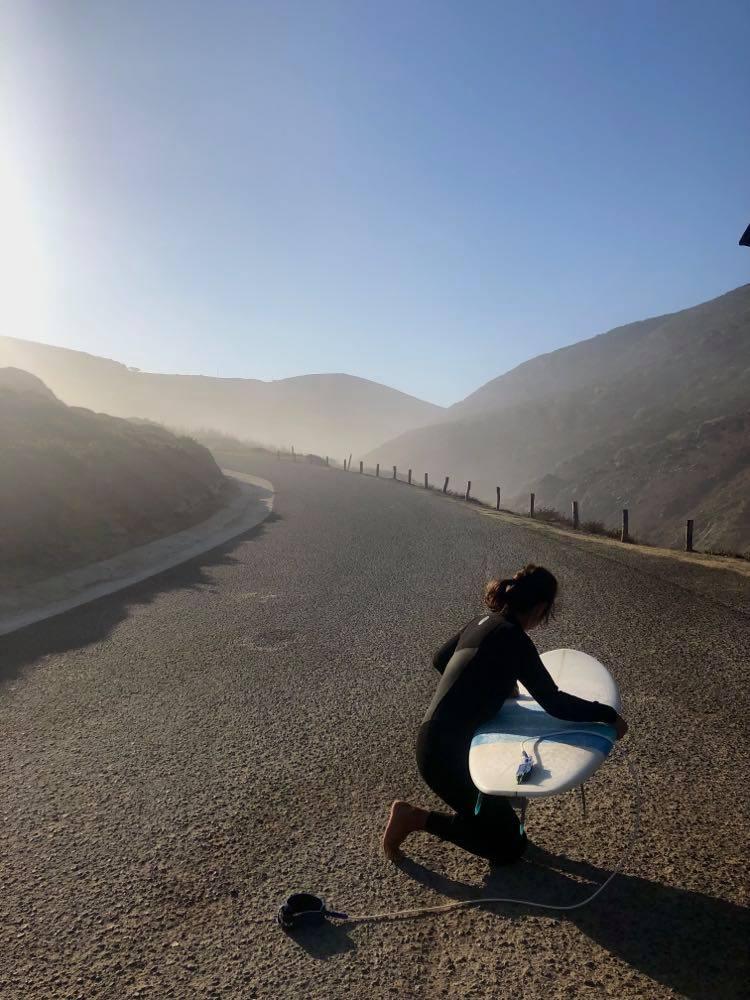 castelejo-surf-girl-waxing-surfboard-surfguide-algarve