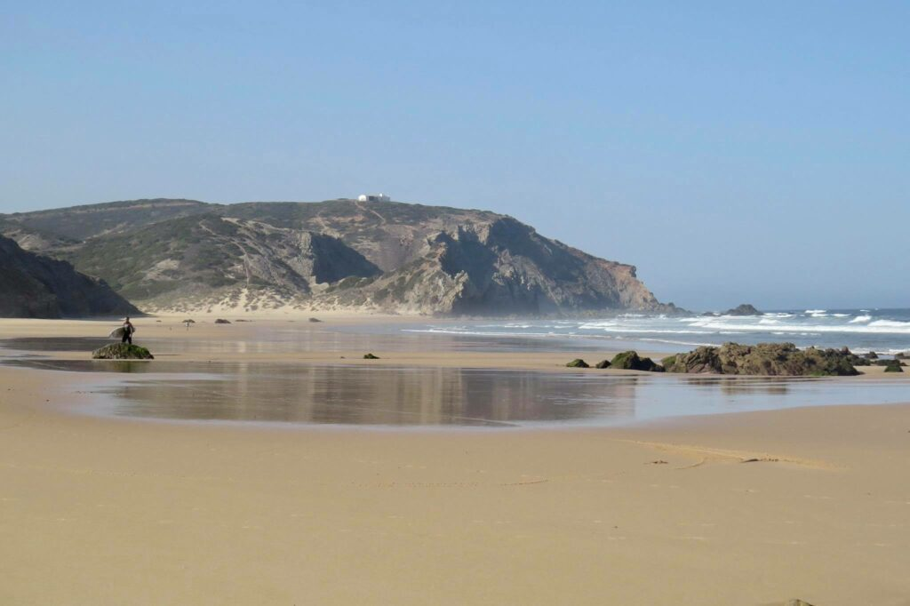 amado-surf-beach-summer-empty-surfguide-algarve