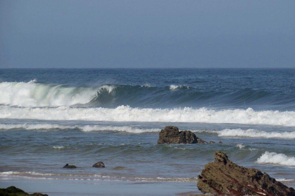 amado-surf-empty-left-surfguide-algarve-summer