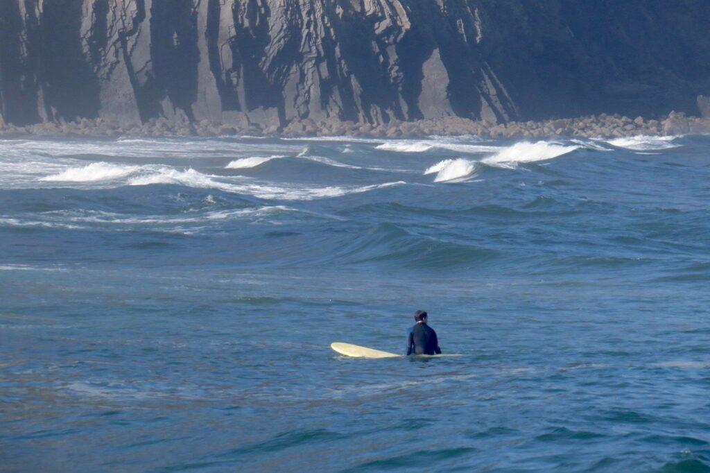castelejo-surfer-waiting-surfguide-algarve